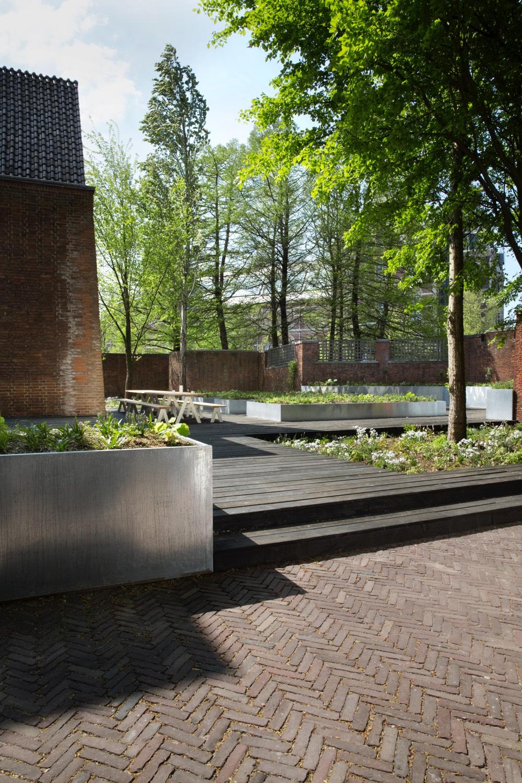 23-arita-house-amsterdam-garden-by-landscape-designer-piet-oudolf_photography-inga-powilleit-1