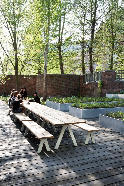 25-arita-house-amsterdam-garden-by-landscape-designer-piet-oudolf_photography-inga-powilleit