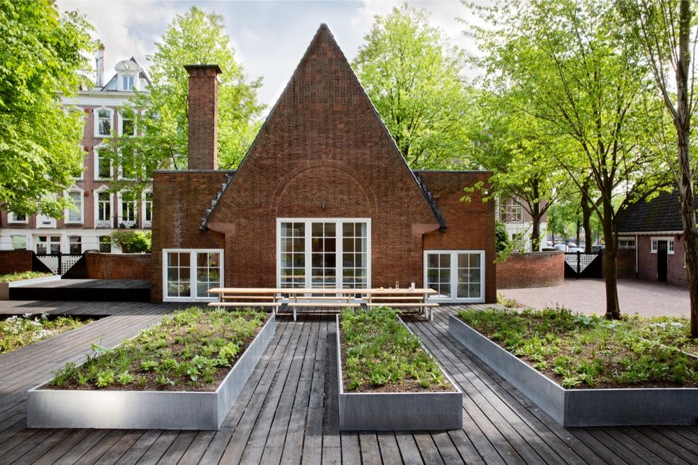 3-arita-house-amsterdam-garden-by-landscape-designer-piet-oudolf_photography-inga-powilleit