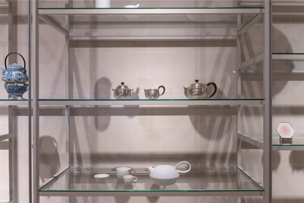 9-2016-collection-stefan-diez-with-silver-tea-set-from-rijksmuseum-collection_photography-olivier-middendorp